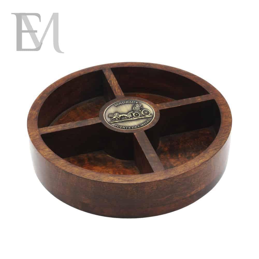 Caja o fuente de madera con medallón