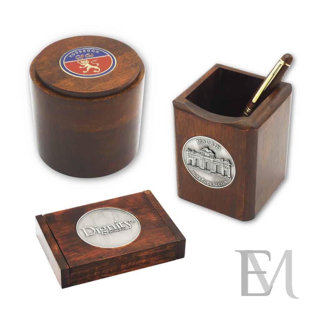 Artículos de madera para escritorio con medallón